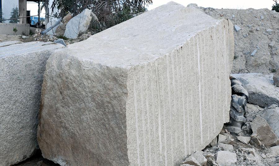 Bloques de piedra granito en varios colores a corte for Piedra para granito
